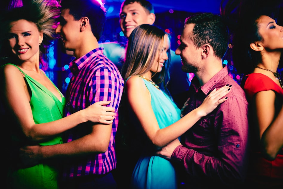 Frauen in disco flirten